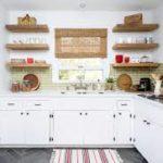 Открытые полки на кухне, как альтернатива подвесным шкафам